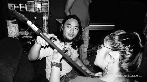 "Kakoy Legaspi teaching me how to play the ""zen"" guitar"